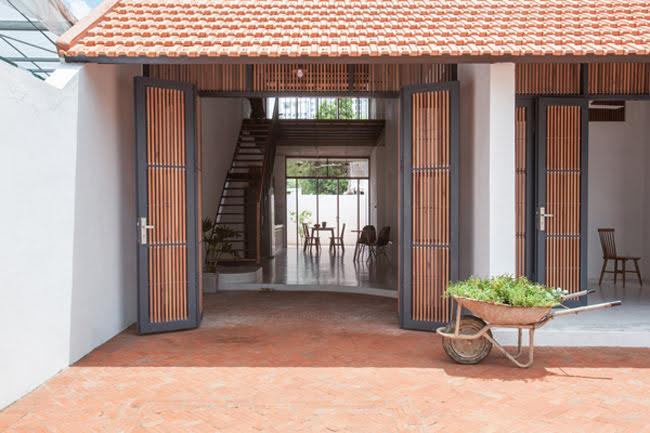 Kinh doanh - Biệt thự mái ngói ở TP.HCM gợi ý kiến trúc mới mẻ cho những căn nhà phố - 1
