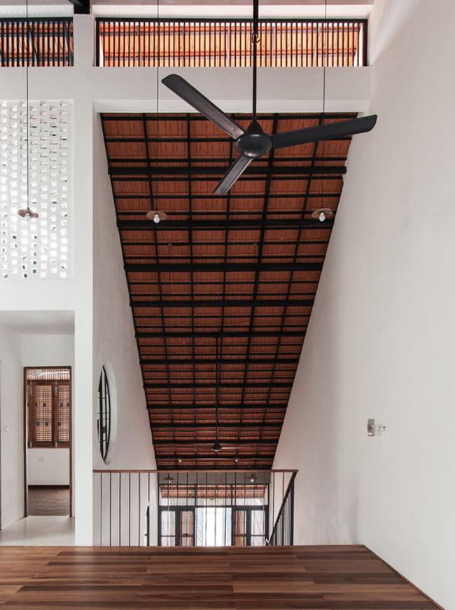 Kinh doanh - Biệt thự mái ngói ở TP.HCM gợi ý kiến trúc mới mẻ cho những căn nhà phố - 7
